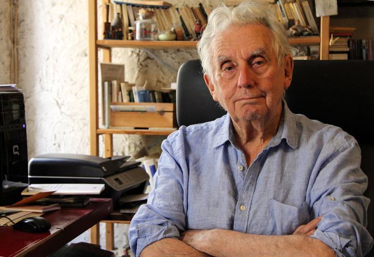 Gilles Lapouge dans son bureau-bibliothèque. Photo: Jérôme Garro, Wikipedia.