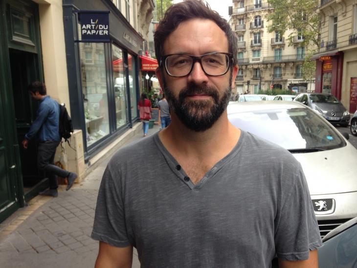 Smith Henderson photographié dans les rues de Paris. Photo: Olivia Phélip.